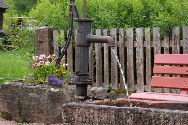 ... schmucke kleine Brunnen.