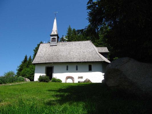 Die historische Martinskapelle aus dem 13. Jahrhundert (gleich oberhalb von Donauquelle und Kolmenhof