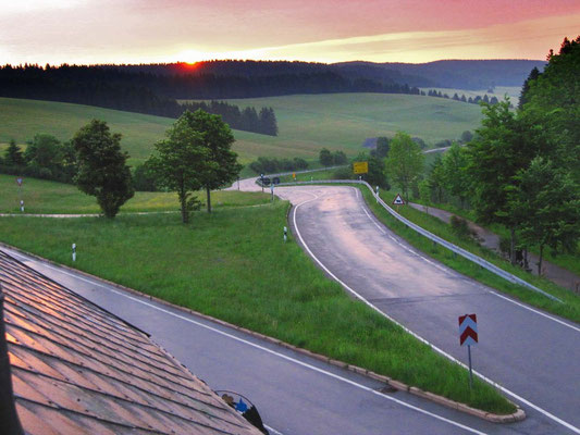 Um 6 Uhr: Blick aus dem Fenster. Sonnenaufgang erwischt, aber nass und kühl. Später folgt das Morgen-Gewitter.