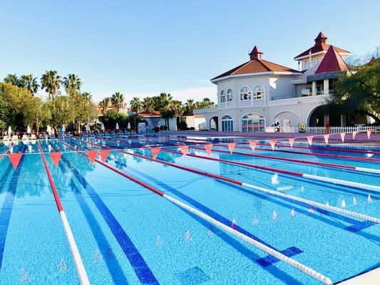 Schwimmbad mit Außen-Restaurants