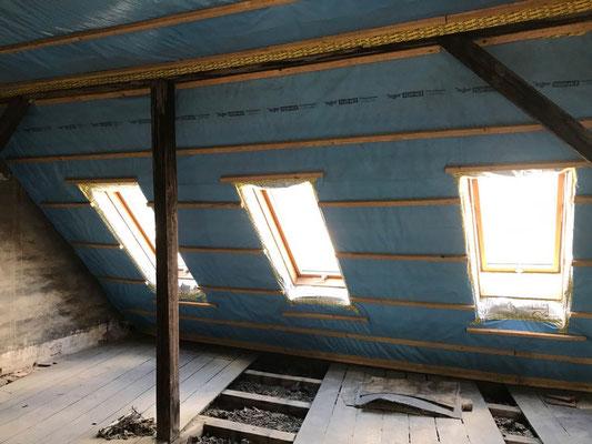 Dachflächenfenstereinbau von Velux bei einer Kernsanierung mit Dämmung MADEJA e.K.