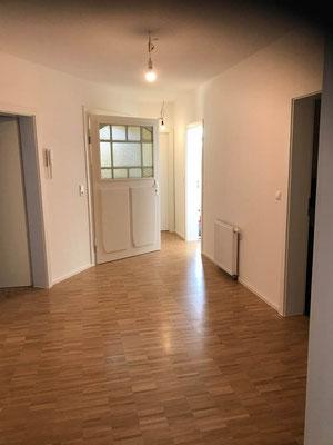 Komplettsanierung MADEJA e.K. Parkett , aufgearbeitete Eingangstüre , neue Türen , abgehängte Decke , neuer Grundriss.