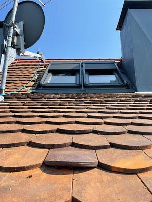 Dachflächenfenster von Velux mit Solarbetriebenem Rolladen Einbau eines Veluxfensters bei Biberschwanzdach