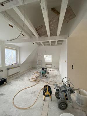 Dachausbau während den Renovierungsarbeiten / Sanierungsarbeiten , neue Fenster , neue Dacheindeckung , energetisch Saniert gedämmt.