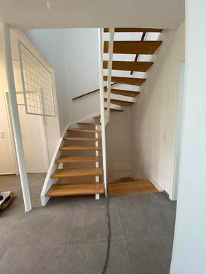 Treppensanierung mit Malerarbeiten , Bodenbelagsarbeiten Holztreppe aufgearbeitet und frisch lackiertes Geländer