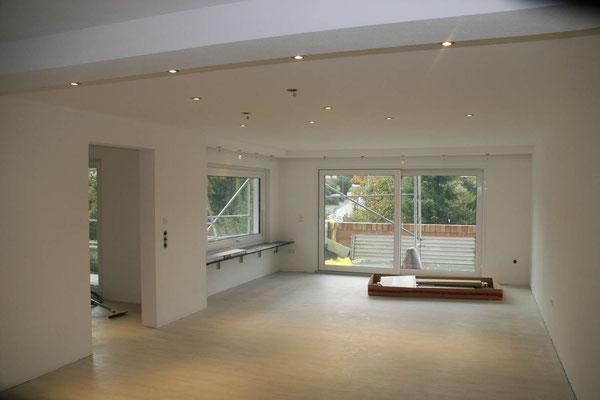 Renovierung MADEJA e.K. abgehängte Decke , glattgespachtelte Wände , neuer Boden.