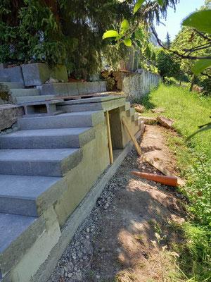 Treppenaufgang MADEJA e.K. mit Betonfertigteilen und betoniertem Podest im Garten GALA Bau