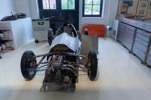 24.06. Seltene Sport- und Rennwagen aus 70 Jahren Automobilhistorie sind hier ausgestellt.
