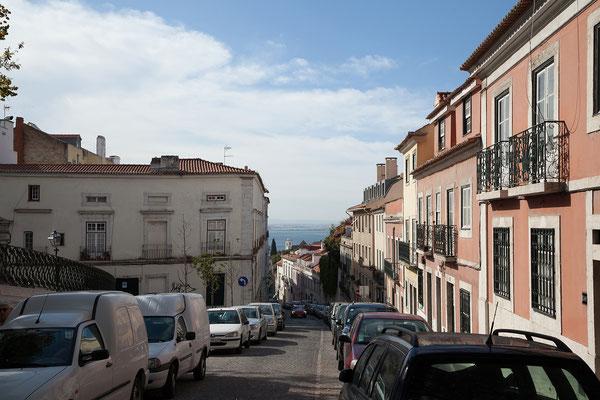 14.09. Mit einem Tuk-Tuk-Taxi erklimmen wir die steilen Gassen des Graça Viertels.