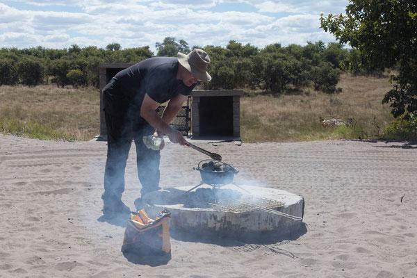 06.05. Chobe NP - Savuti Campsite; in der Mittagspause backen wir Brötchen ...