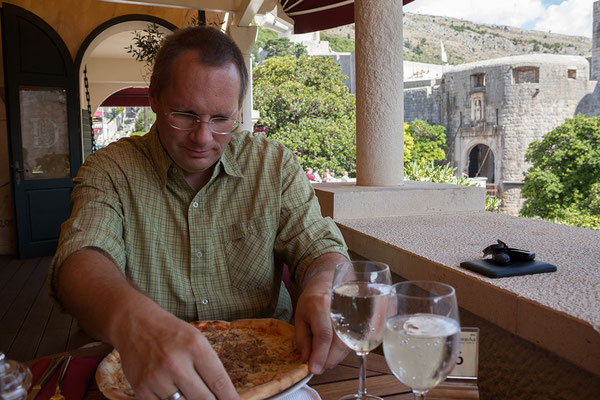 21.09. Dubrovnik - Sehr gute Pizza mit Blick auf die Stadtmauer