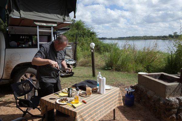 25.4. Zurück in der Nunda River Lodge wird gegessen.