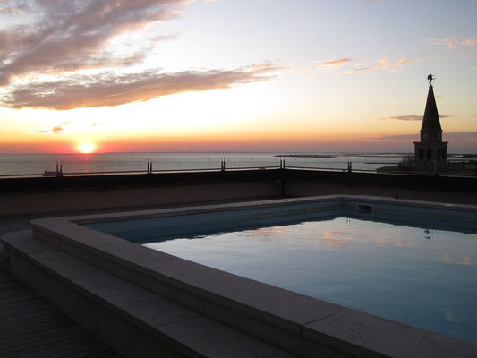 16.10. Grado von der Dachterrasse unseres Hotels aus