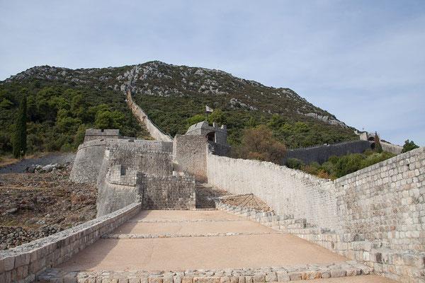 4.9. Wir machen uns zu einer Besichtigung des etwa 1km langen Teils der Stoner Mauer direkt oberhalb der Stadt auf.