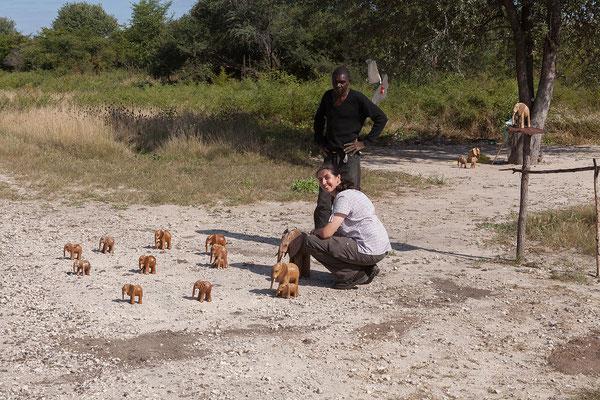 30.4. Heute verlassen wir Kamp Kwando und fahren Richtung Botswana. Unterwegs kaufen wir einen schönen Holzelefanten.