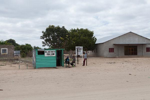 24.4. In Rundu, der zweitgrößten Stadt Namibias, tanken wir.