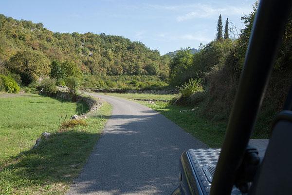15.9. Von Rijeka Crnojevića geht es über eine schöne Strecke nach Virpazar, dem touristischen Zentrum des Skadarsko Jezero.