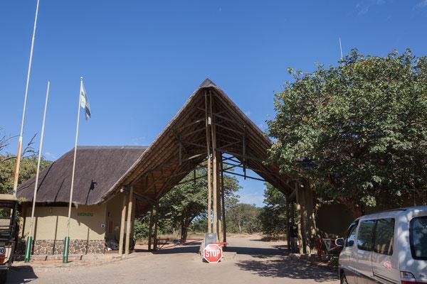 03.05. Über das Sedudu Gate gelangen wir in den Chobe NP. Heute steht die Riverfront auf unserem Programm.