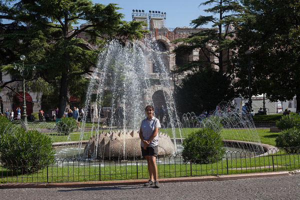 24.09. Verona - Die Fontana delle Alpi auf der Piazza Brà wurde anlässlich der Städtepartnerschaft zwischen Verona und München errichtet.