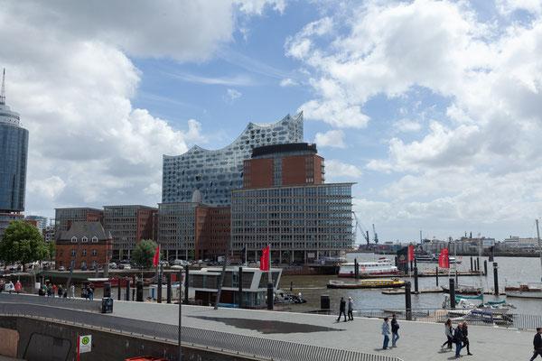 22.06. Vom Bahnsteig haben wir einen tollen Blick auf den Hafen und die alles dominierende Elbphilharmonie.