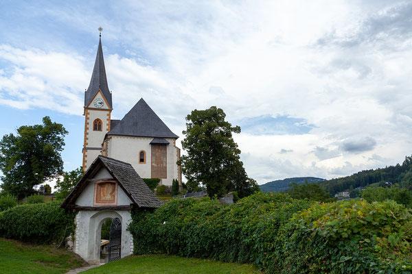 Blick von der Winterkirche zur Pfarrkirche Hll. Primus und Felician