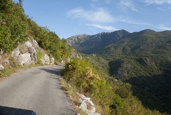 15.9. Von Virpazar führt eine sehr reizvolle Strecke hoch über dem See nach Murići.