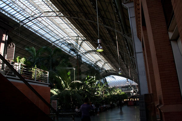 24.09. Die alte Bahnhofshalle ist berühmt für ihre Dachkonstruktion aus Gusseisen und Glas, die zwischen 1888 und 1892 im Jugendstil von dem aus Baskenland stammenden Architekten Alberto de Palacio y Elissague erbaut wurde.