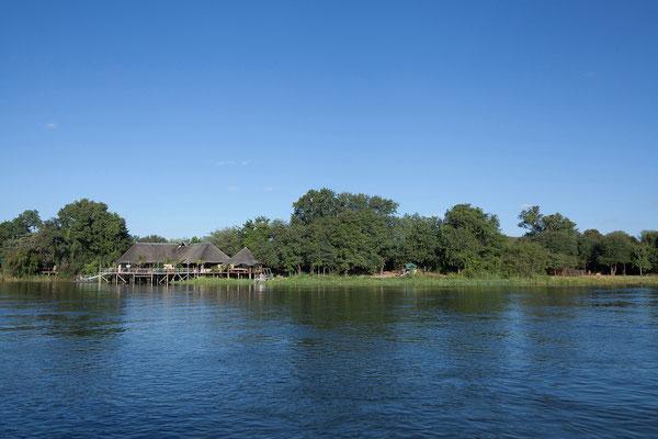 25.4. Bootsfahrt am Kavango, Blick auf die Nunda River Lodge