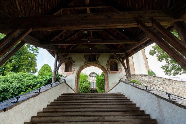 Aufgang zur Pfarrkirche Hll. Primus und Felician
