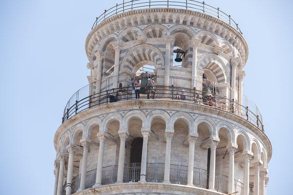 07.06. Pisa: Kerstin auf dem schiefen Turm