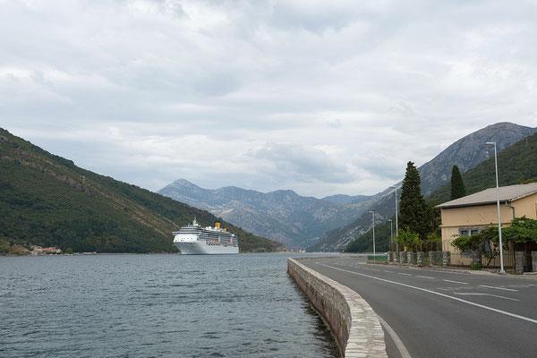 8.9. An der Meerenge Verige vorbei, gelangen wir in die Bucht von Kotor.