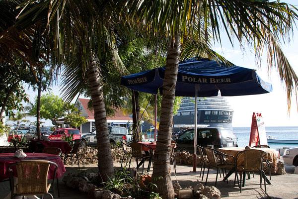 Strandbar in Kralendijk - die Kreuzfahrgäste sind bereits wieder in ihrem schwimmenden Hochhaus