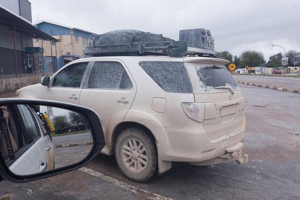 23.4. Shopping im Spar in Grootfontein, andere Autos sind tatsächlich noch schmutziger als unseres.