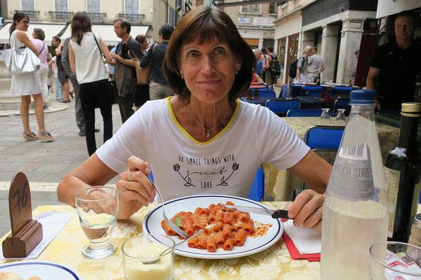 30.06. Der erste Weg führt uns zu einem sehr guten verspäteten Mittagessen am Campo Sant' Aponal.