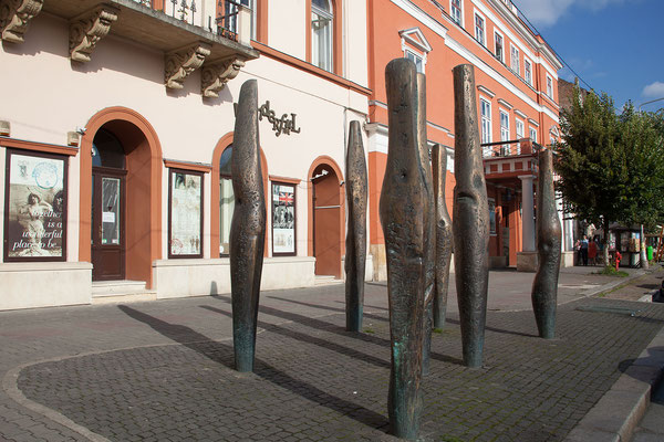 16.6. Cluj - Das Denkmal Stălpii Impuşcaţi von Liviu Mocan erinnert mit seinen symbolischen Einschusslöchern an der Oberfläche an die 26 Toten und 57 Verletzten der Revolution von 1989.