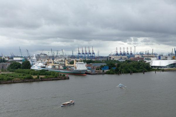 24.06. Von der Plaza hat man tolle Sicht auf den Hafen.