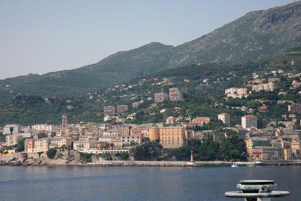 22.5. Wir legen um 12:15 Uhr bei strahlendem Sonnenschein und 27 Grad in Bastia an.
