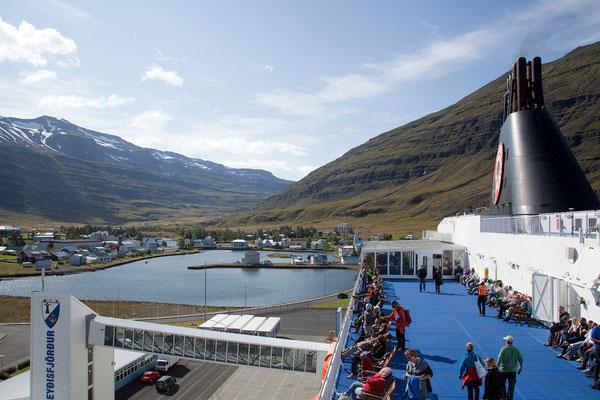 21.8. Vom Deck haben wir eine tolle Aussicht auf Seyðisfjörður.