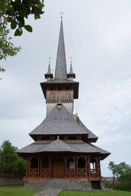 18.6. In Deseşti besuchen wir zuerst die neue Holzkirche.