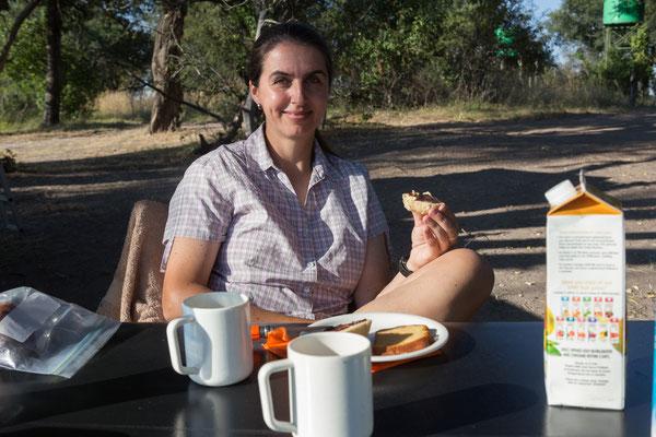 09.05. Moremi GR - Xakanaxa Campsite; Frühstück mit frischen Brötchen