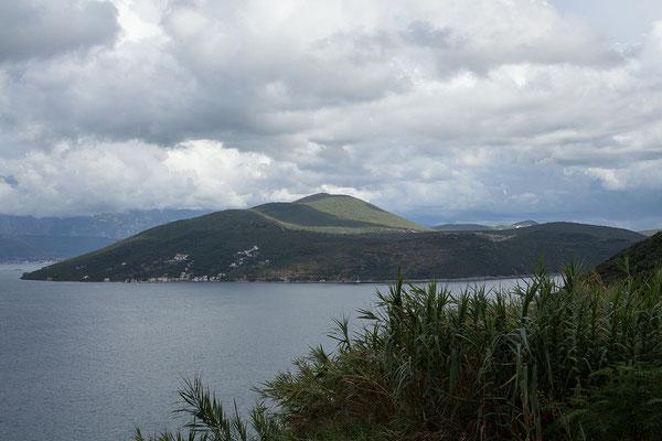 19.9. Wir verlassen Montenegro bei Njivice und reisen mit Blick auf das Kap Oštro in Kroatien ein.