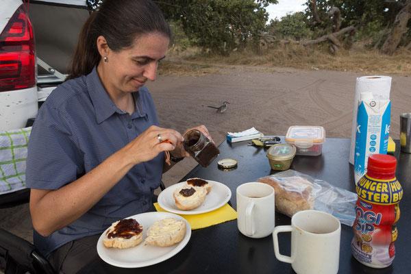 07.05. Chobe NP - Savuti Campsite; Frühstück mit selbst gebackenen Brötchen.