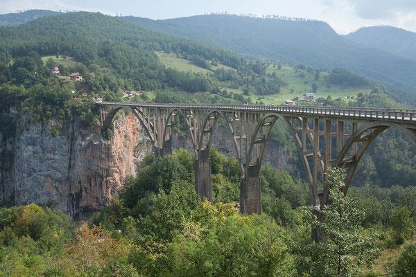 12.9. Die Đurđevića-Tara-Brücke ist bis zu 150 m hoch, 350 m lang und 7 m breit.