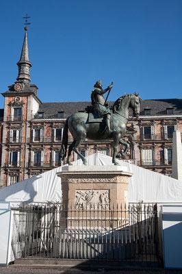 24.09. In der Mitte der Plaza Mayor steht eine Statue ihres Erbauers König Felipe III.