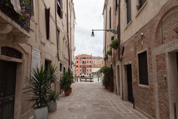 30.06. Das Ca' Angeli liegt in einer ruhigen Seitengasse zum Canal Grande.