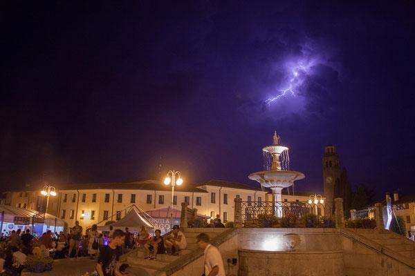 Maniago. Am Abend umkreisen uns Gewitter.