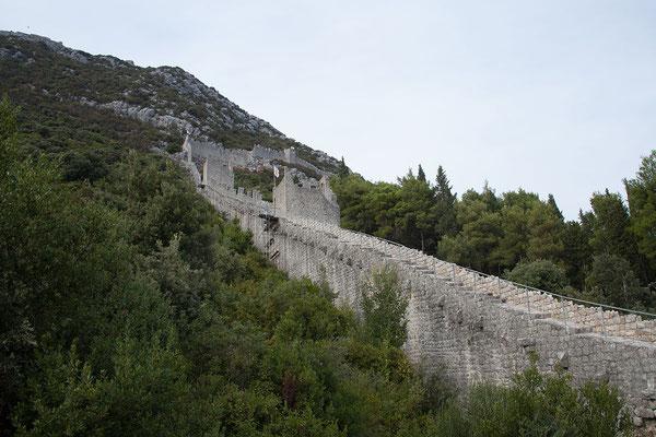 4.9. 5 der einst 5,5 km der Stoner Mauer, 20 von 41 Wehrtürmen sowie 7 Bastionen sind erhalten.