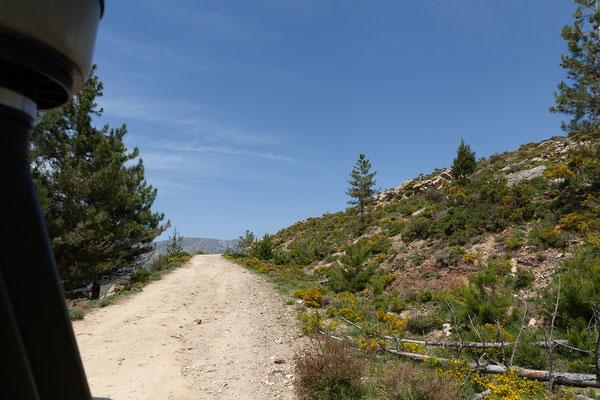 03.06. Wir fahren eine schöne Schotterstrecke oberhalb des Calauccia Stausees