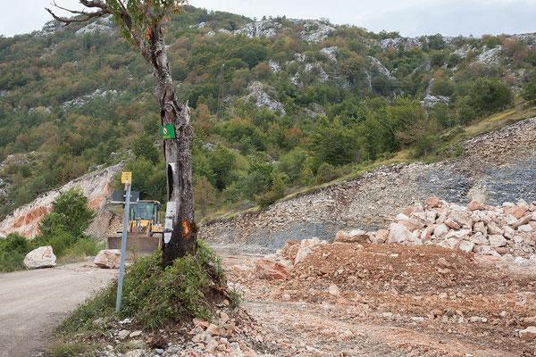 9.9. Baustellenabsicherung durch große Felsen.