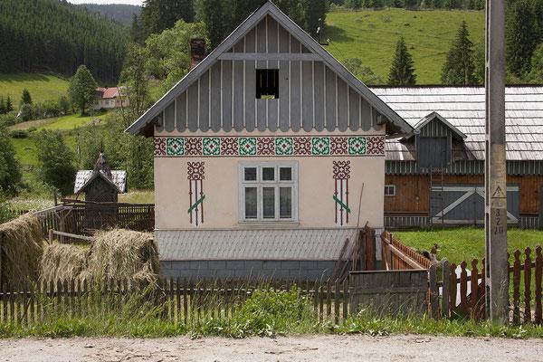 17.6. Eine Besonderheit in Circoaneşti ist, dass auch die Häuserfassaden mit den traditionellen Mustern verziert sind.
